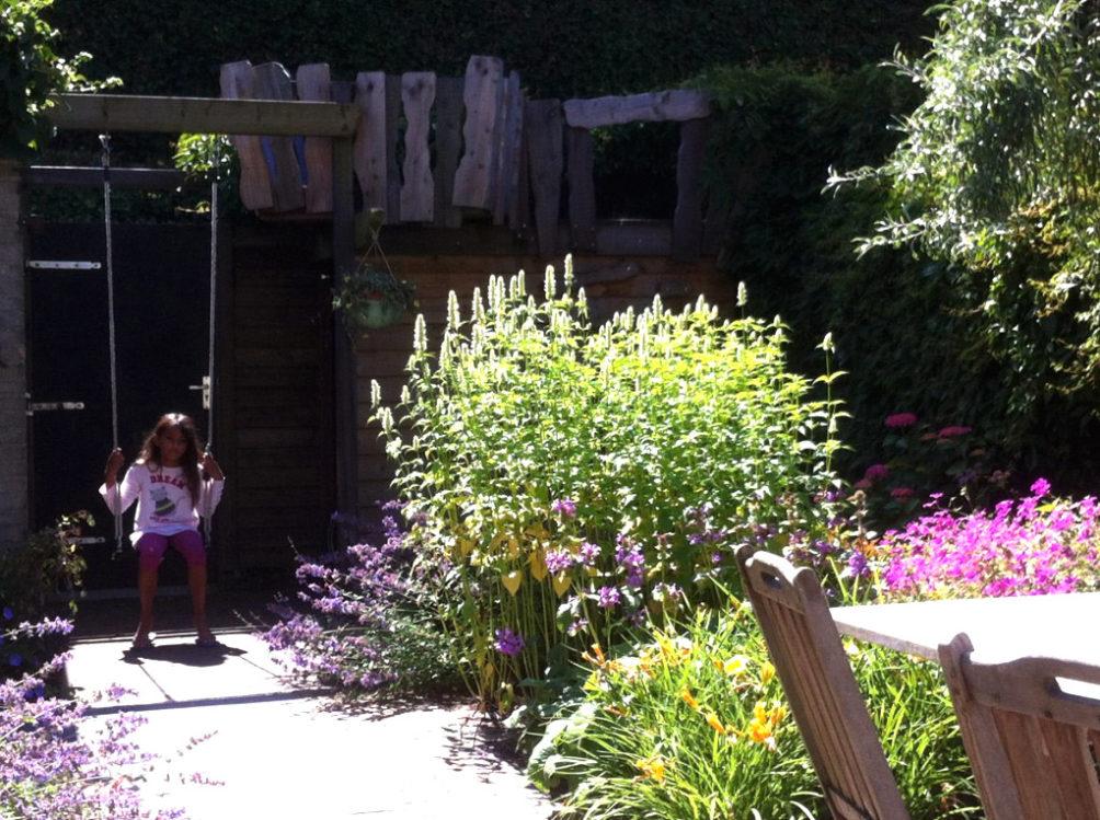 Gezinstuin - Schommelen naast de klimhut in deze bloeiende tuin in Wassenaar.
