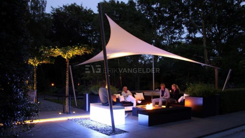 Luxe tuin - Lounge onder Sunsquar met vuurtafel.
