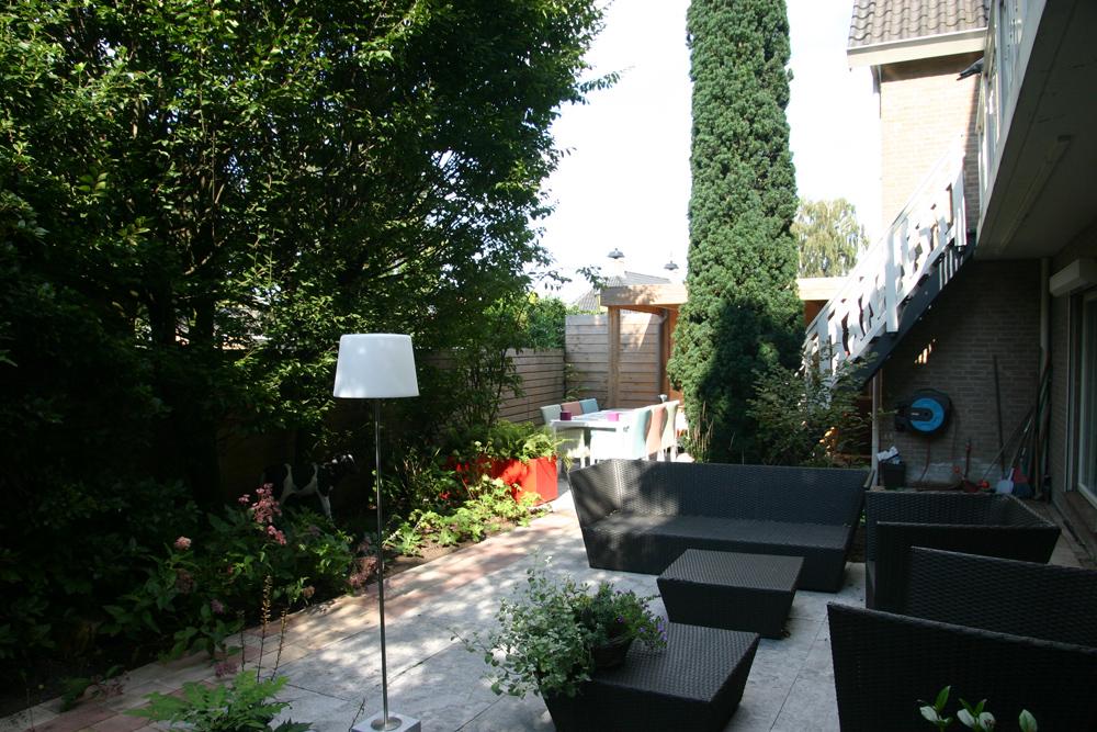 Besloten achtertuin in Berschenhoek met loungebank