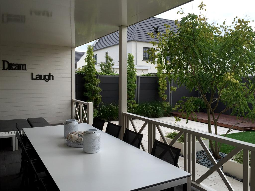 Veranda in Den haag met zicht op de tuin en beplanting