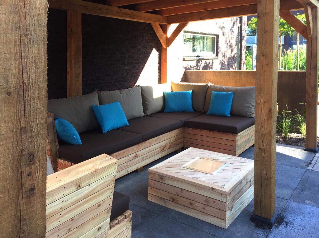 Veranda ingericht met een maatwerk loungemeubel en vuurtafel in Delfgauw